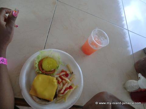 club_ambiance_jamaia_grill_food