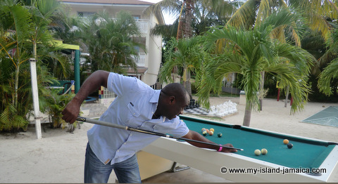 club_ambiance_playing_pool