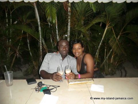 club_ambiance_wellesley_and_omeil_having_a_drink