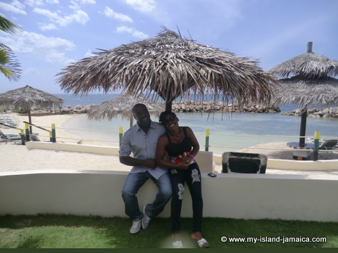 club_ambiance_wellesley_and_wife_relaxing