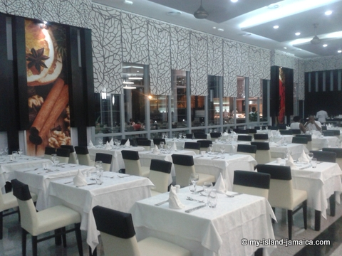 dinner_tables_at_rui_palace