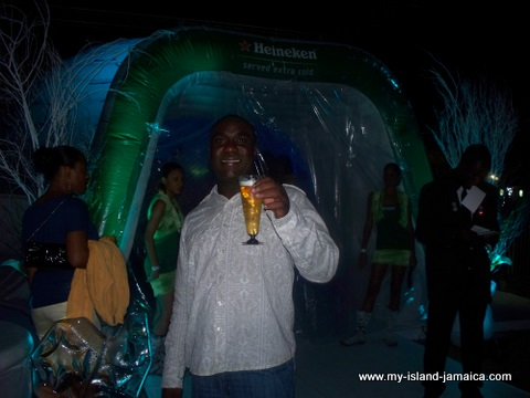 jamaica_jazz_and_blues_2010_enjoying_heineken
