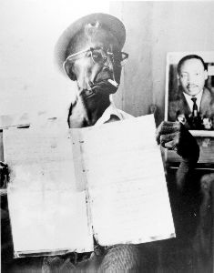 jjamaican_maroons_mann_rowe_holding_copy_of_1739_treaty_1980