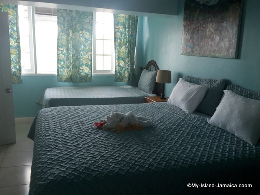 vacation_villas_in_jamaica_moon_san_villa_portland_double_bed