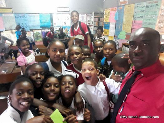 careers_day_at_jamaican_primary_school_springfield_all_age_wellesley_gayle_selfie_with_kids