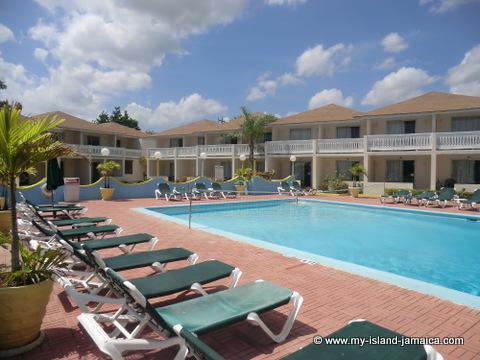 club_ambiance_jamaica_pool