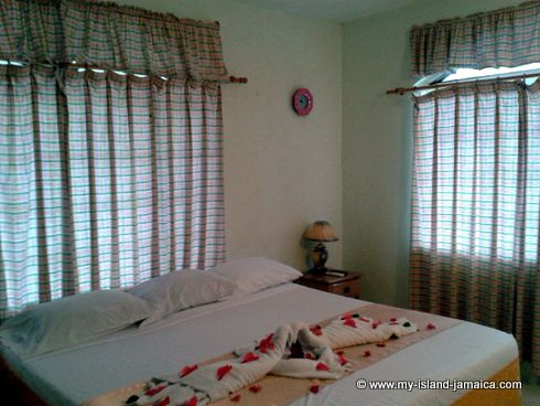 negril_jamaica_all_inclusive_resorts_bedroom_at_fun_holiday_beach_resort