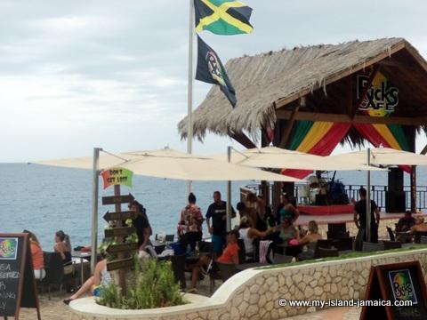tourists in jamaica - ricks cafe